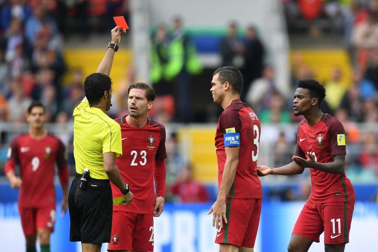 Fahad Al Mirdasi sanciona con una tarjeta roja a Nelson Semedo durante un Portugal - Mexico.