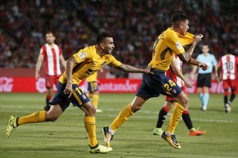 Giménez y Correa celebran un gol con el Atlético de Madrid.