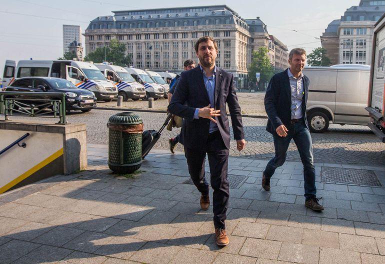 El exconsejero catalán huido Toni Comín (c) llega al tribunal para comparecer ante el juez belga de primera instancia en Bruselas (Bélgica) hoy, 16 de mayo de 2018.