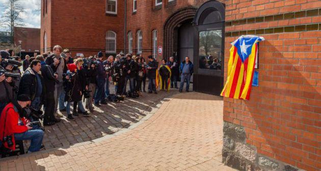 Una estelada en la fachada de la cárcel donde estuvo preso Puigdemont