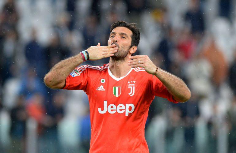 Buffon lanza un beso después de un partido con la Juventus