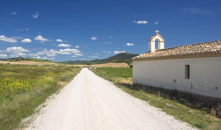 Iglesia del pueblo Puente de la Reina en Navarra.