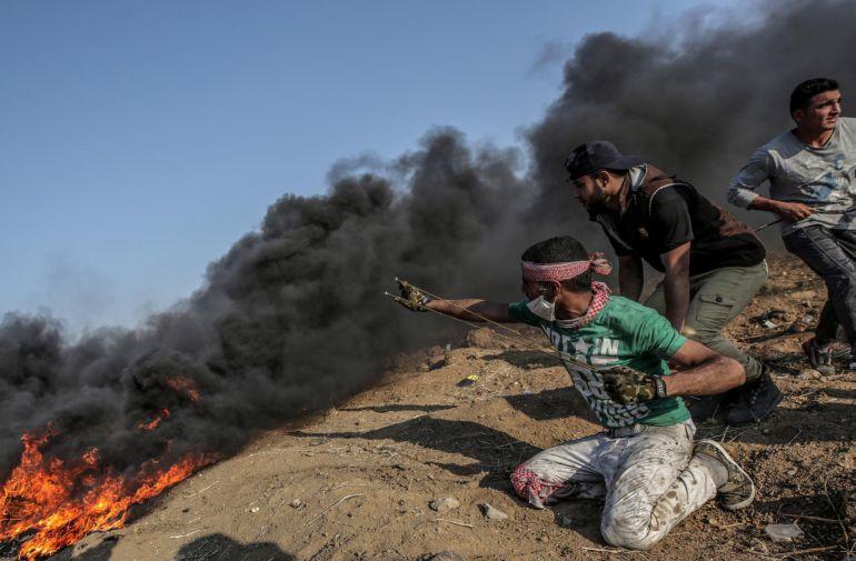 Un manifestante lanza piedras durante enfrentamientos con soldados israelíes el 15 de mayo de 2018 en la frontera de la Franja de Gaza