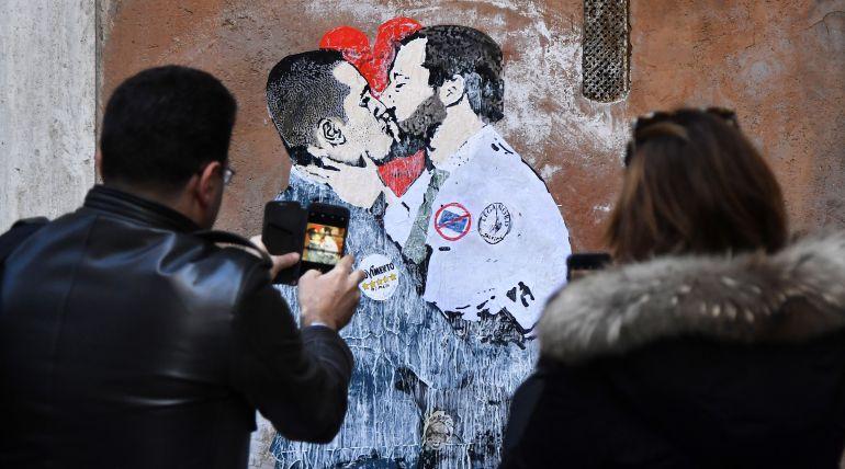 Grafiti de Luigi di Maio y Matteo Salvini.