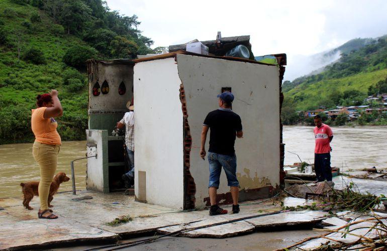 pobladores de la zona del rio Cauca, tratan de evitar las inundaciones causadas por el corrimiento de rocas en la presa.