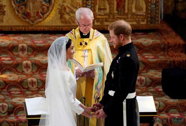 Príncipe Harry y Meghan Markle durante el intercambio de votos y anillos.