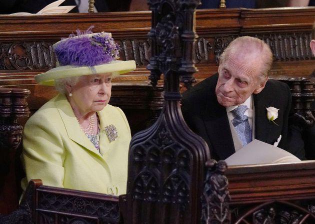 La reina Isabel II y el príncipe Phillip durante la ceremonia entre el príncipe Enrique y Meghan Markle.