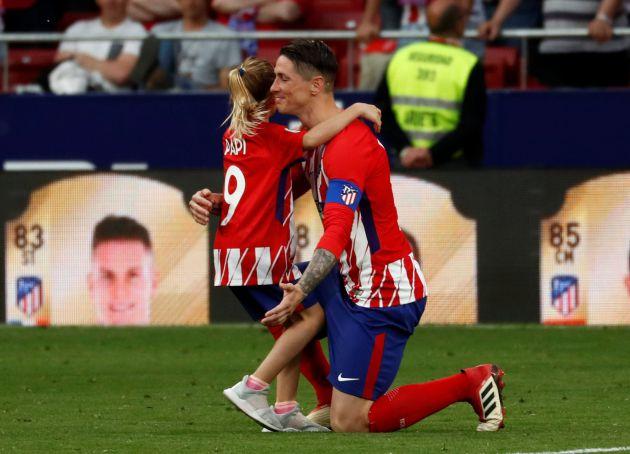 Torres, con una de sus hijas, tras el Atlético - Eibar