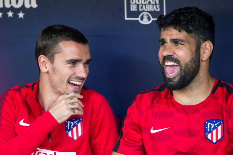 Griezmann se ríe con Costa en el banquillo el pasado domingo