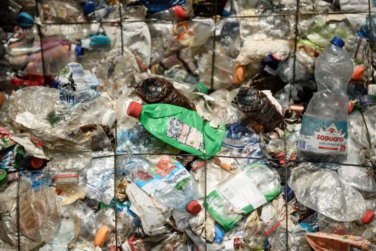 Europa quiere prohibir los bastoncillos, pajitas y cubiertos de plástico