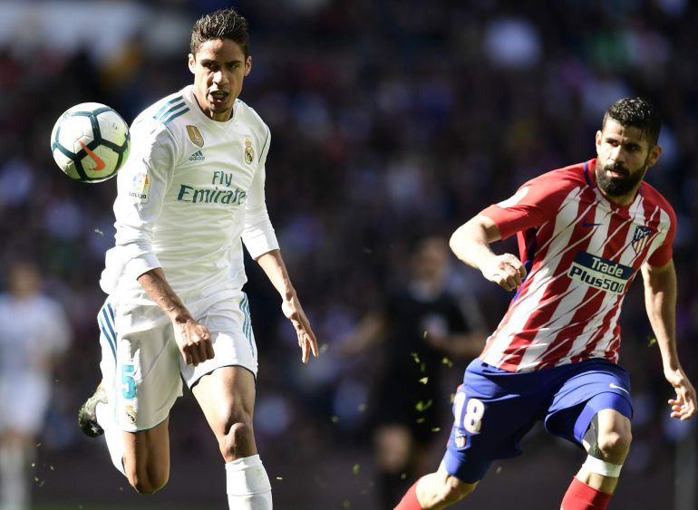Raphael Varane y Diego Costa pelean por el balón durante un partido