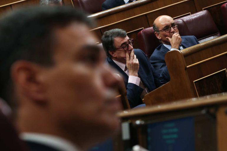 Pedro Sánchez, en primer plano, y el portavoz del PNV, Aitor Esteban