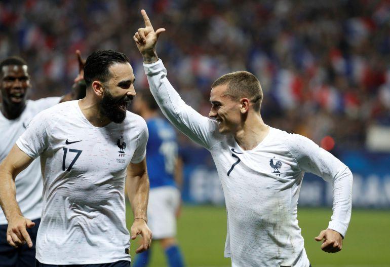 Griezmann celebra un gol con Adil Rami.