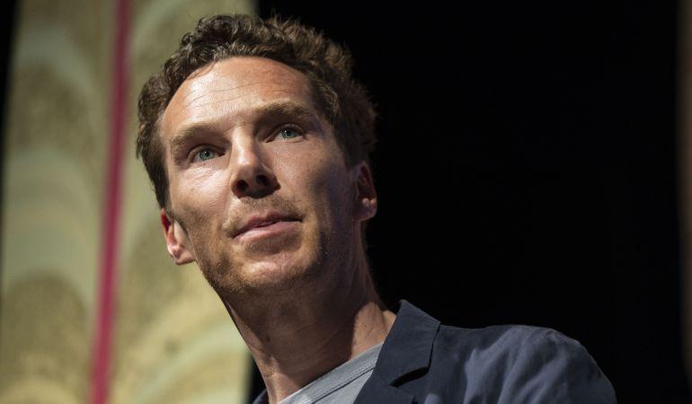 Benedict Cumberbatch salvó al empleado del ataque de un grupo de personas.
