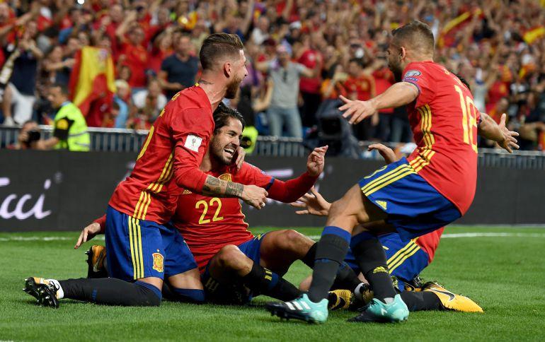 Los jugadores de España celebran un gol en el partido ante Italia del Santiago Bernabéu.