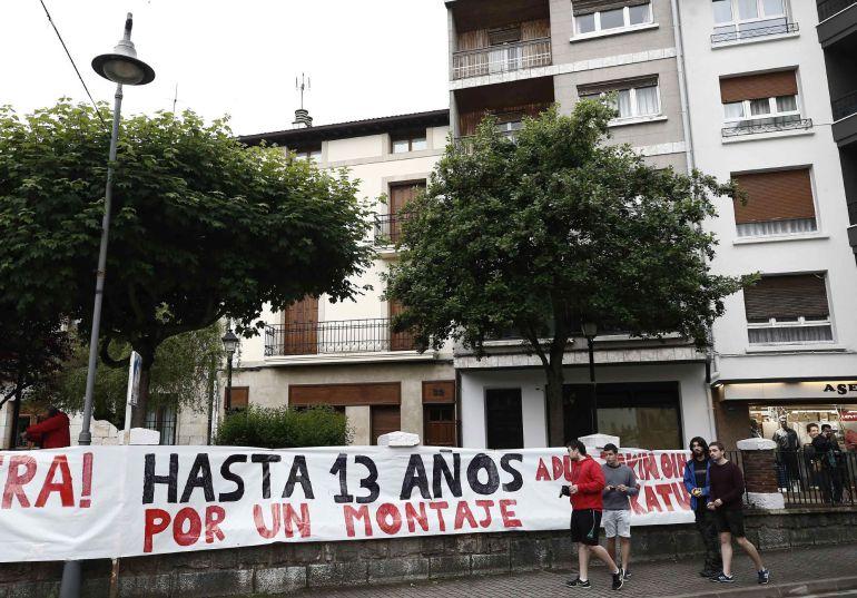 Una de las pancartas mostradas por los manifestantes durante la concentración convocada en Alsasua en contra de la sentencia que condena a ocho jóvenes de la localidad a penas de entre 2 y 13 años de cárcel por agredir a dos guardias civiles y sus parejas.