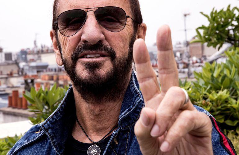 El músico británico Ringo Starr, posa para los fotógrafos mientras da una rueda de prensa