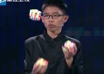 Bate el récord mundial de resolver tres cubos de Rubik mientras hace malabares