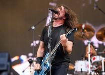El cantante de Foo Fighters 'engaña' a sus fans en el mismo escenario donde se rompió una pierna