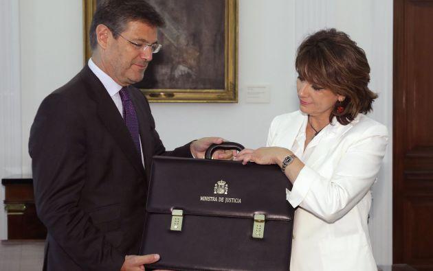 Delgado recibe la cartera de manos de Rafael Catalá