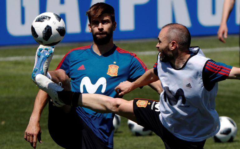 Piqué e Iniesta, en un entrenamiento con la selección española.