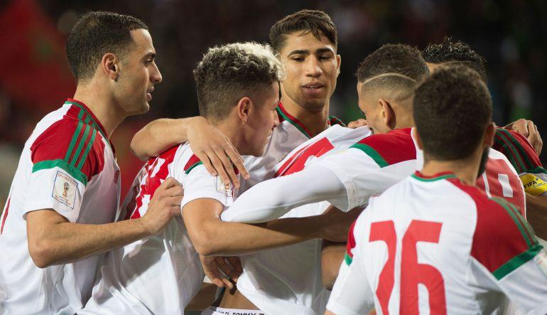 La selección de Marruecos celebra un gol.