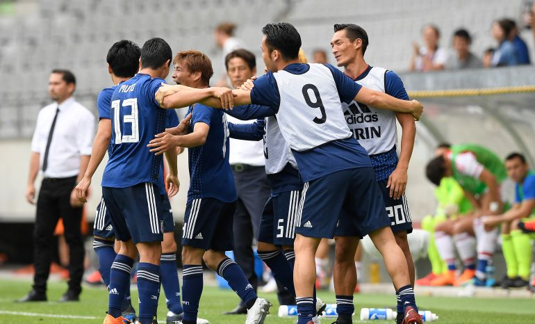 La selección japonesa celebra un gol.