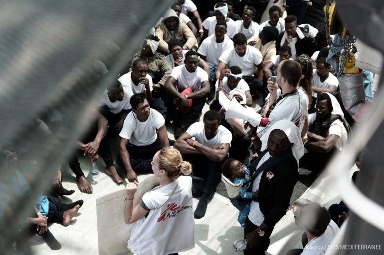 El Aquarius recibe víveres de Salvamento italiano con el plan de transferir migrantes a sus barcos y dirigirse a España