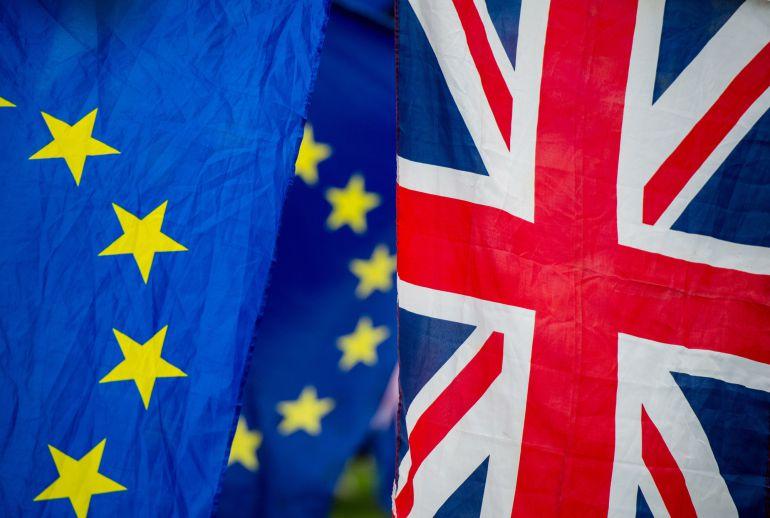 Banderas europeas y británicas en las puertas del Parlamento Británico este martes