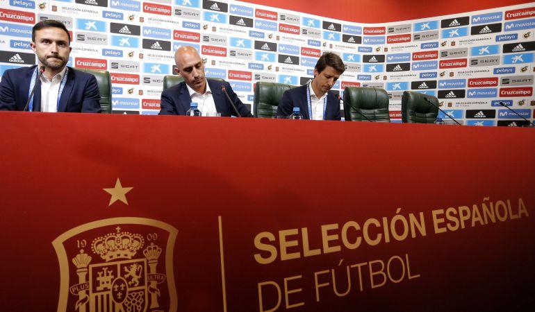 Rubiales comunica su decisión frente a la prensa.