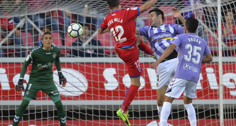 Pere Milla intenta rematar un balón en la ida de la final del playoff frente al Valladolid