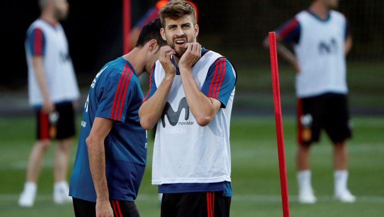 Gerard Piqué mira al tendido durante un entrenamiento de la selección