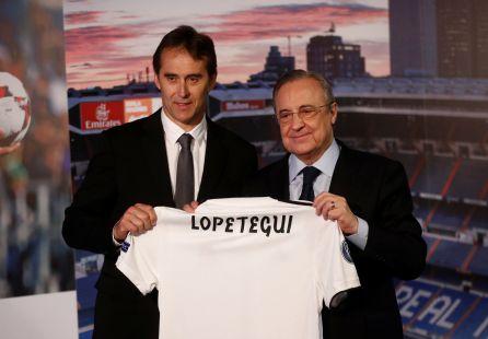 Florentino Pérez y Lopetegui posan con la camiseta del Real Madrid