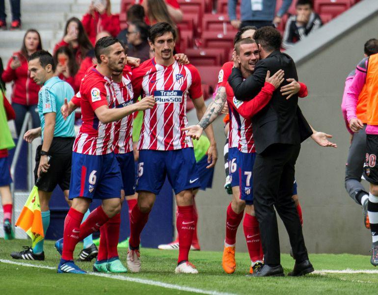 Griezmann se abraza al 'Cholo', en un partido de liga en el Metropolitano