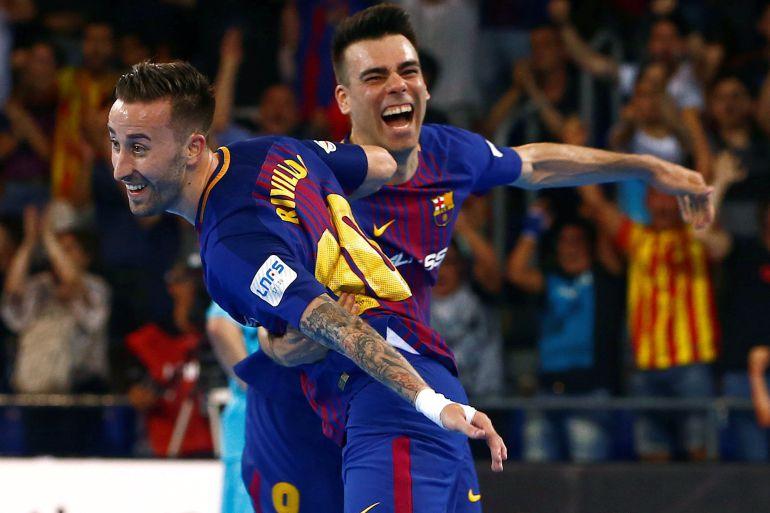 Rivillos celebra su gol con su compañero Lozano, durante el tercer partido de la serie al título de Liga de Fútbol Sala