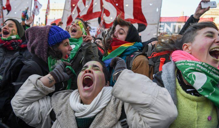 Argentinas celebran la aprobación de la ley del aborto