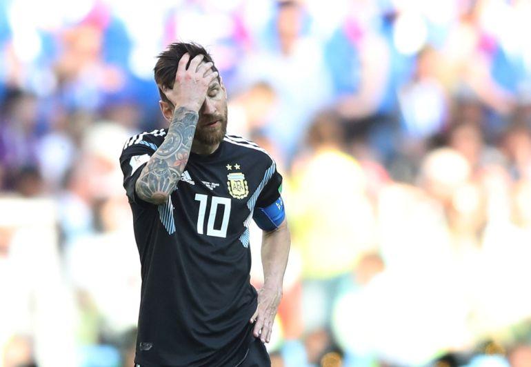 Messi se lamenta en el partido contra Islandia.