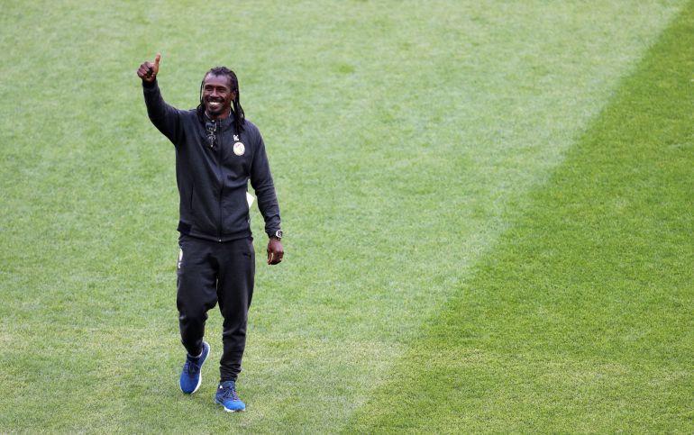 El comentado look del DT de Senegal