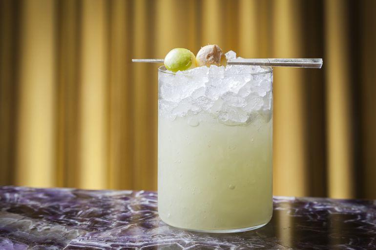 Cóctel 'Tentación', elaborado por Eduardo Barrios con ginebra, jengibre, zumo y jarabe de manzana, y aceite de oliva virgen extra.