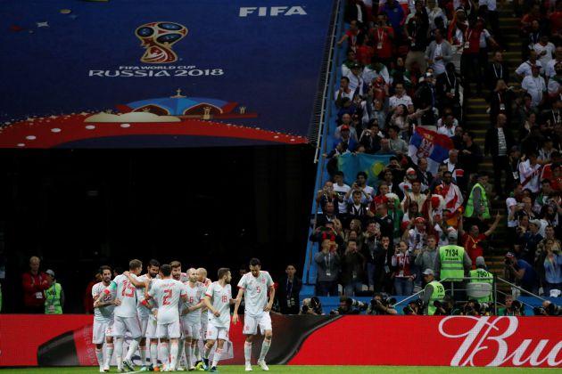 Los jugadores de España celebran el gol de Diego Costa.