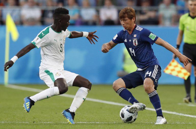Inui se zafa de la defensa senegalesa en una jugada del partido