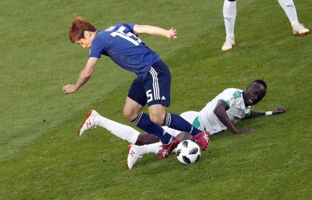 Mané y Osako luchan por un balón durante el partido