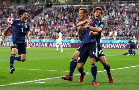 Honda celebra con sus compañeros el segundo gol de Japón