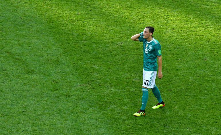 Özil, con la mano en la cabeza