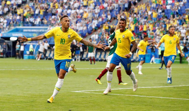 Neymar celebra su gol a México en octavos de final.