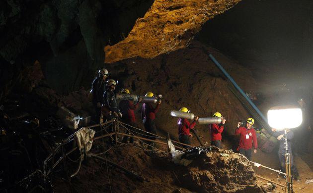 Operarios durante el proceso de rescate.