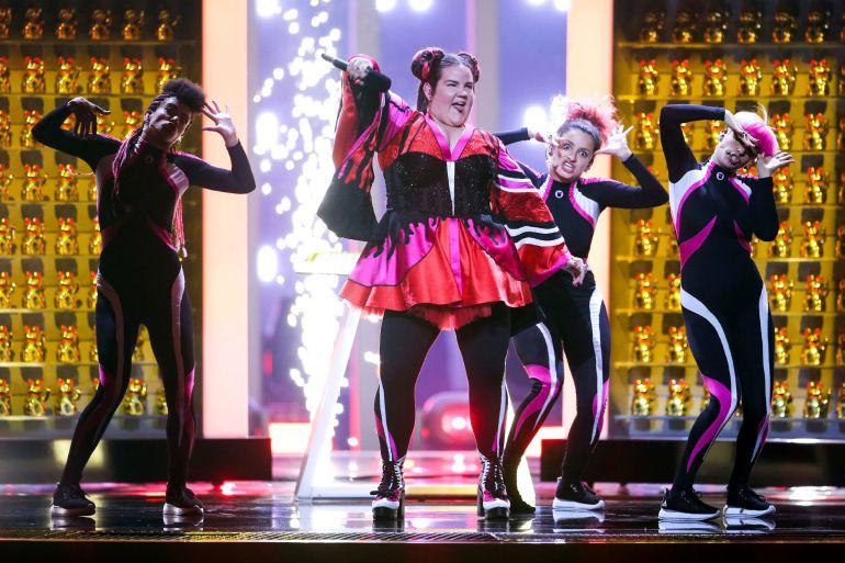 Foto de archivo de la cantante israelí Netta (C) mientras canta 'Toy', el tema que ganó Eurovision, durante un ensayo de la final del 63º Festival Europeo de la Canción en Lisboa (Portugal)