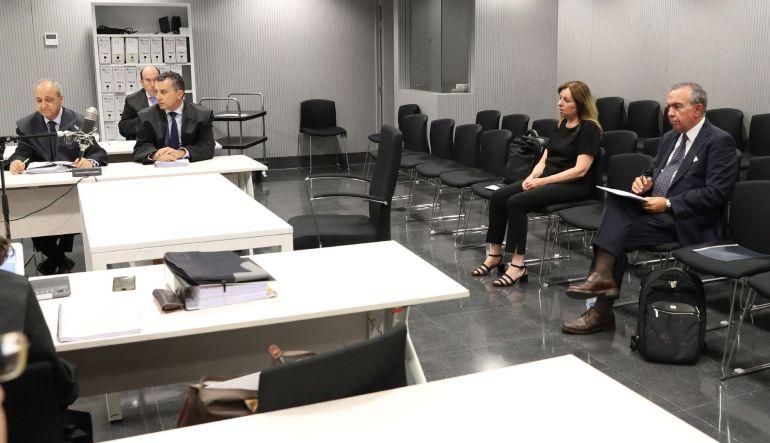 Los ex directores generales de la Caja de Ahorros del Mediterráneo (CAM) Roberto López Abad (d) y María Dolores Amorós durante el juicio