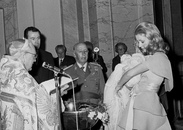 Carmen Martínez-Bordiú junto a su abuelo, el dictador Francisco Franco, en el bautizo de su hijo Luis Alfonso en 1974.