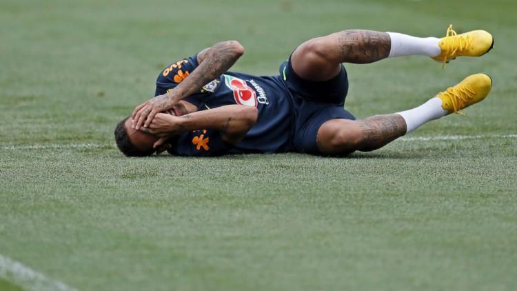 Los minutos en el suelo y el mal ejemplo de Neymar